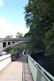Μια διάβαση πεζών ποταμών στο Μόναχο στοκ εικόνες