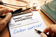 Μια διαγνωστική μορφή με το καρκίνος του παχέος εντέρου στοκ φωτογραφίες