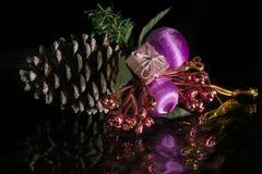 Μια διακόσμηση κώνων κωνοφόρων χριστουγεννιάτικων δέντρων σε μια αντανακλαστική επιφάνεια Στοκ Εικόνες