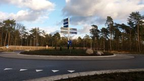 Μια διασταύρωση κυκλικής κυκλοφορίας στην ολλανδική πόλη Nunspeet Στοκ Εικόνες