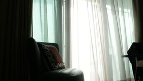 Μια διαφανής κουρτίνα στο παράθυρο, που κινείται ήπια από τον αέρα φως του ήλιου 4K φιλμ μικρού μήκους