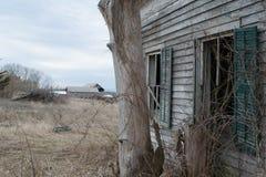 Μια εγκαταλειμμένη άποψη από μια εγκαταλειμμένη ιδιοκτησία Στοκ Φωτογραφίες