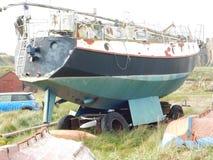Μια εγκαταλελειμμένη βάρκα σε Lindisfarne το ιερό νησί Στοκ φωτογραφία με δικαίωμα ελεύθερης χρήσης