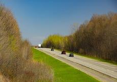 Μια εθνική οδός με τα αυτοκίνητα στοκ εικόνες