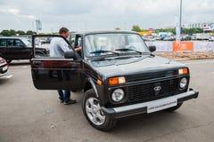 Μια ειδική έκδοση της έκδοσης Lada 4x4 Elbrus στο τεστ δοκιμής ανοιχτής περιοχής Στοκ Εικόνα
