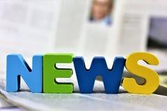 Μια εικόνα έννοιας μιας εφημερίδας με τις ειδήσεις λέξης στοκ φωτογραφίες με δικαίωμα ελεύθερης χρήσης
