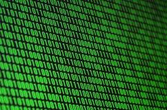 Μια εικόνα ενός δυαδικού κώδικα φιαγμένου επάνω από σύνολο πράσινων ψηφίων σε ένα μαύρο υπόβαθρο διανυσματική απεικόνιση