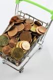 Μια εικόνα ενός κάρρου αγορών με τα νομίσματα Στοκ Εικόνες