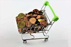 Μια εικόνα ενός κάρρου αγορών με τα νομίσματα Στοκ Φωτογραφία