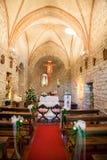 Εκκλησία που διακοσμείται για έναν γάμο στοκ εικόνες