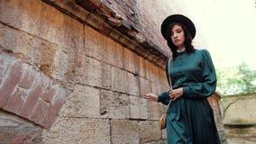 Μια εικόνα μιας νέας κυρίας σε ένα εκλεκτής ποιότητας φόρεμα και ένα καπέλο απόθεμα βίντεο