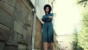 Μια εικόνα μιας νέας κυρίας σε ένα εκλεκτής ποιότητας φόρεμα και ένα καπέλο φιλμ μικρού μήκους
