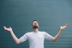 Μια εικόνα του ατόμου στο άσπρο πουκάμισο που στέκεται και που κρατά τα χέρια στις διαφορετικές πλευρές Ανατρέχει Ο τύπος κρατά τ στοκ εικόνες