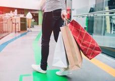 Μια εικόνα του χαμηλού μέρους ανθρώπων ` s του σώματος Ο άνθρωπος κρατά το αριστερό χέρι bagsin αγορών Αυτός ο άνθρωπος είναι στη Στοκ φωτογραφίες με δικαίωμα ελεύθερης χρήσης