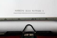 Μια εικόνα των θεμάτων ` τίποτα άλλο ` που γράφονται σε μια γραφομηχανή - κλείστε επάνω στοκ φωτογραφία με δικαίωμα ελεύθερης χρήσης