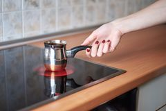 Μια εικόνα των νέων γυναικών που προετοιμάζουν τον καφέ στην κουζίνα το πρωί Στοκ φωτογραφία με δικαίωμα ελεύθερης χρήσης