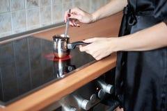 Μια εικόνα των νέων γυναικών που προετοιμάζουν τον καφέ στην κουζίνα το πρωί Στοκ φωτογραφίες με δικαίωμα ελεύθερης χρήσης