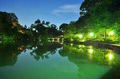 Μια ειρηνική λίμνη στο βοτανικό κήπο τή νύχτα Στοκ Φωτογραφία