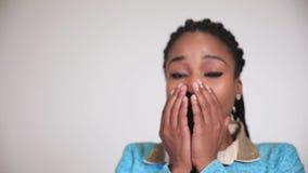 Μια εκφοβισμένη αμερικανική γυναίκα afro που κρατά την παραδίδει το μέτωπο του προσώπου της, συγκίνηση φόβου απόθεμα βίντεο