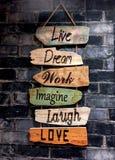 Μια εμπνευσμένη ανάγνωση σημαδιών τουαλετών/washroom: Ζήστε, ονειρευτείτε, εργαστείτε, φανταστείτε, γέλιο, αγάπη στοκ εικόνες