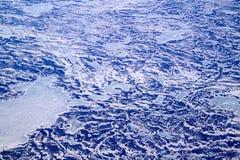 Μια εναέρια άποψη του βόρειου Ατλαντικού Ωκεανού που καλύπτεται με το μίγμα του πάγου και του χιονιού στοκ εικόνα