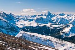 Μια εναέρια άποψη των δύσκολων βουνών και τοποθετεί Assiniboine το χειμώνα Στοκ Εικόνα