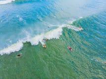 Μια εναέρια άποψη των surfers που περιμένει ένα κύμα στον ωκεανό μια σαφή ημέρα στοκ εικόνα