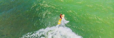 Μια εναέρια άποψη των surfers που περιμένει ένα κύμα στον ωκεανό σε ένα ΕΜΒΛΗΜΑ σαφούς ημέρας, ΜΑΚΡΟΧΡΟΝΙΟ ΣΧΗΜΑ στοκ φωτογραφία με δικαίωμα ελεύθερης χρήσης
