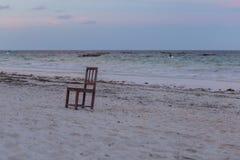 Μια ενιαία καρέκλα στην παραλία Seascape με την καρέκλα Ταξίδι γύρω από την Αφρική στοκ εικόνες με δικαίωμα ελεύθερης χρήσης