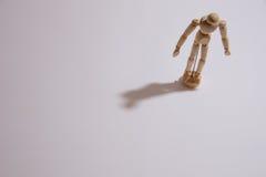 Μια ενιαία στάση ατόμων κουκλών μόνο στη μοναξιά Στοκ φωτογραφία με δικαίωμα ελεύθερης χρήσης