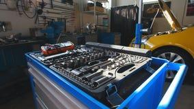 Μια εξάρτηση των εργαλείων για την επισκευή - κατσαβίδι, βολτόμετρο, γαλλικά κλειδιά - αυτοκινητική υπηρεσία φιλμ μικρού μήκους