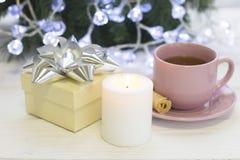 Μια εορταστική ακόμα ζωή με το τσάι, ένα καίγοντας κερί και ένα giftbox Στοκ Εικόνα