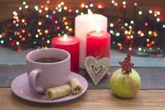 Μια εορταστική ακόμα ζωή με το τσάι, τα καίγοντας κεριά, ένα gingerberad και ένα μήλο Στοκ Εικόνες