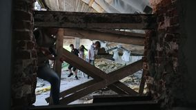 Μια επίθεση zombie στο εγκαταλειμμένο κτήριο Επιζόντες που δραπετεύουν από τα zombies και που θέτουν έναν φράκτη από τα φιλμ μικρού μήκους