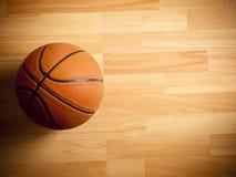 Μια επίσημη πορτοκαλιά σφαίρα σε ένα γήπεδο μπάσκετ Στοκ εικόνες με δικαίωμα ελεύθερης χρήσης