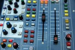 Μια επαγγελματική κονσόλα μουσικής κάλεσε έναν ακουστικό αναμίκτη που χρησιμοποιήθηκε για να κοινοποιήσει τις συναυλίες και άλλα  στοκ εικόνες