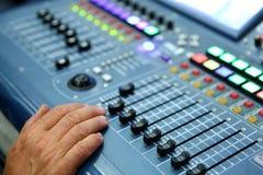 Μια επαγγελματική κονσόλα μουσικής κάλεσε έναν ακουστικό αναμίκτη που χρησιμοποιήθηκε για να κοινοποιήσει τις συναυλίες και άλλα  στοκ εικόνα με δικαίωμα ελεύθερης χρήσης