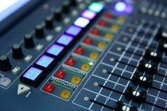 Μια επαγγελματική κονσόλα μουσικής κάλεσε έναν ακουστικό αναμίκτη που χρησιμοποιήθηκε για να κοινοποιήσει τις συναυλίες και άλλα  στοκ εικόνες με δικαίωμα ελεύθερης χρήσης