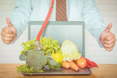 Μια επιλογή των φρέσκων λαχανικών για μια υγιεινή διατροφή καρδιών όπως συστήνεται από τους γιατρούς στοκ φωτογραφία