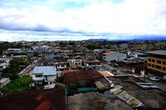 Μια επισκόπηση μιας πόλης με παλαιό και τα καινούργια σπίτια στη Λατινική Αμερική στοκ εικόνα
