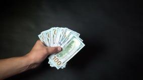 Μια επιχείρηση εξετάζει τη μεταφορά των χρημάτων Δολάρια στα χέρια μιας κινηματογράφησης σε πρώτο πλάνο απόθεμα βίντεο