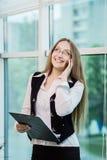 Μια επιχειρηματίας που μιλά σε ένα κινητό τηλέφωνο, γυναίκα που μιλά στο π Στοκ εικόνα με δικαίωμα ελεύθερης χρήσης