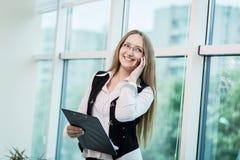 Μια επιχειρηματίας που μιλά σε ένα κινητό τηλέφωνο, γυναίκα που μιλά στο π Στοκ Εικόνα