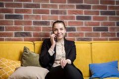 Μια επιχειρηματίας που μιλά σε ένα κινητό τηλέφωνο, γυναίκα που μιλά στο π Στοκ φωτογραφίες με δικαίωμα ελεύθερης χρήσης
