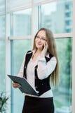 Μια επιχειρηματίας που μιλά σε ένα κινητό τηλέφωνο, γυναίκα που μιλά στο π Στοκ Φωτογραφίες