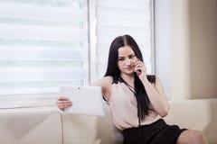 Μια επιχειρηματίας που μιλά σε ένα κινητό τηλέφωνο, γυναίκα που μιλά στο π Στοκ εικόνες με δικαίωμα ελεύθερης χρήσης