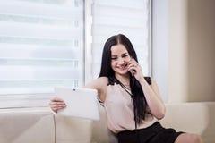 Μια επιχειρηματίας που μιλά σε ένα κινητό τηλέφωνο, γυναίκα που μιλά στο π Στοκ Εικόνες