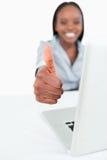 Μια επιχειρηματίας που χρησιμοποιεί ένα lap-top με τον αντίχειρα επάνω Στοκ φωτογραφίες με δικαίωμα ελεύθερης χρήσης