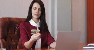 Μια επιχειρησιακή γυναίκα πληρώνει μια πιστωτική κάρτα on-line απόθεμα βίντεο