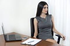 Μια επιχειρησιακή γυναίκα που έχει ένα υπόλοιπο από την εργασία στοκ φωτογραφία με δικαίωμα ελεύθερης χρήσης